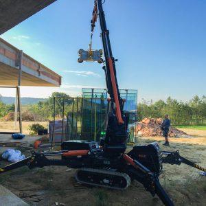 Mini Kran BG Lift 250 bei der Arbeit –Fenstermontage